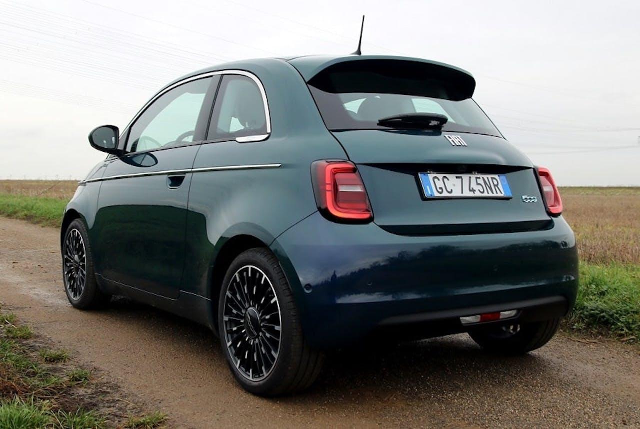 Fiat 500 e auf Feldweg in Grün-Blauer Lackierung