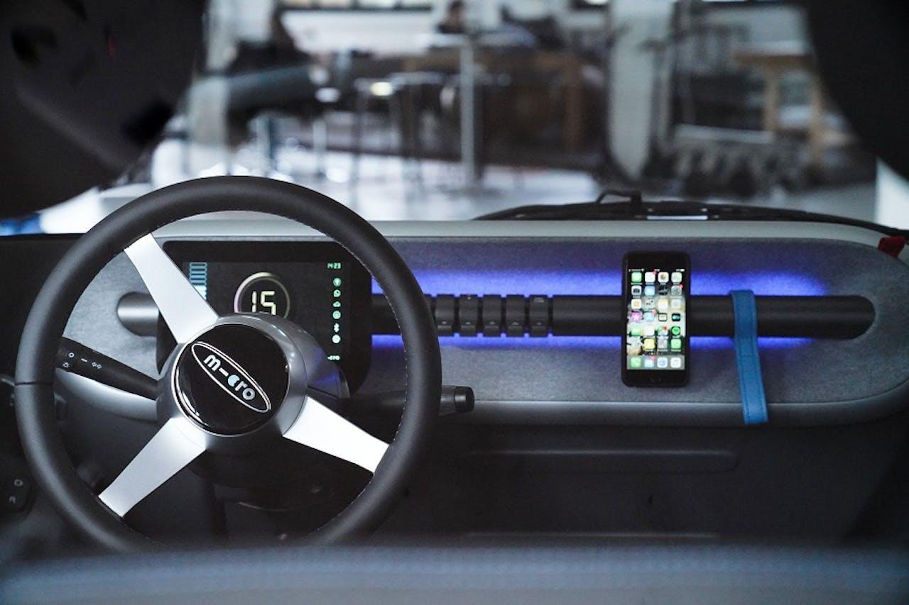 Innenraum mit Armaturenbrett, Lenkrad, Display und minimaler Ausstattung im Microlino Elektro-Leichtfahrzeug