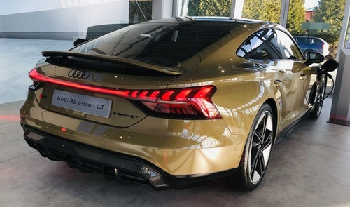 Audi e-tron GT RS in Bronze im Showroom