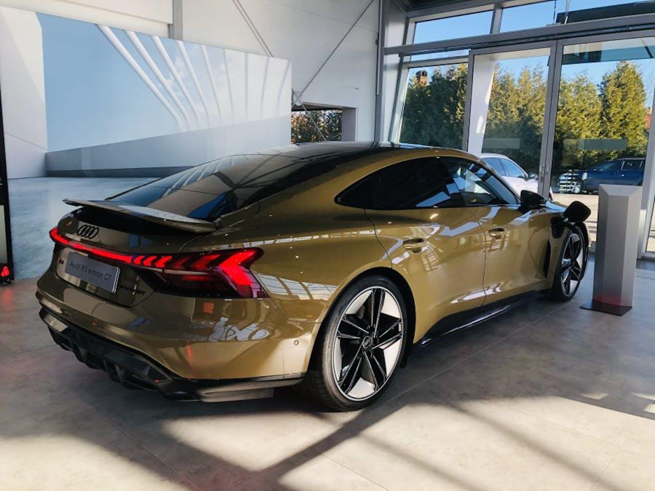 Audi e-tron GT RS in Bronze seitliche Ansicht