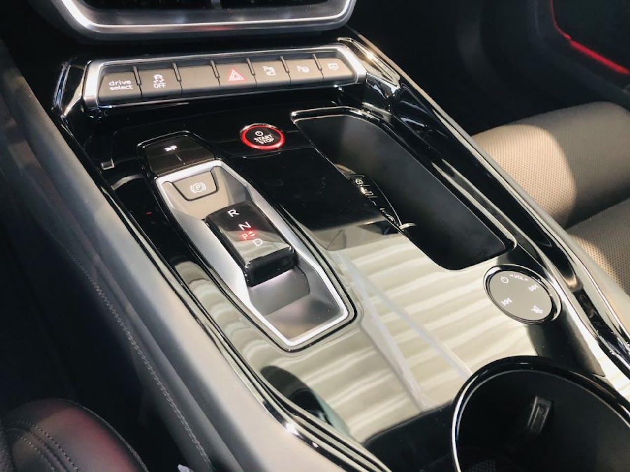 Mittelkonsole, Gangwahl-Schalter, Touchsteuerung und Schalter des Audi e-tron GT RS