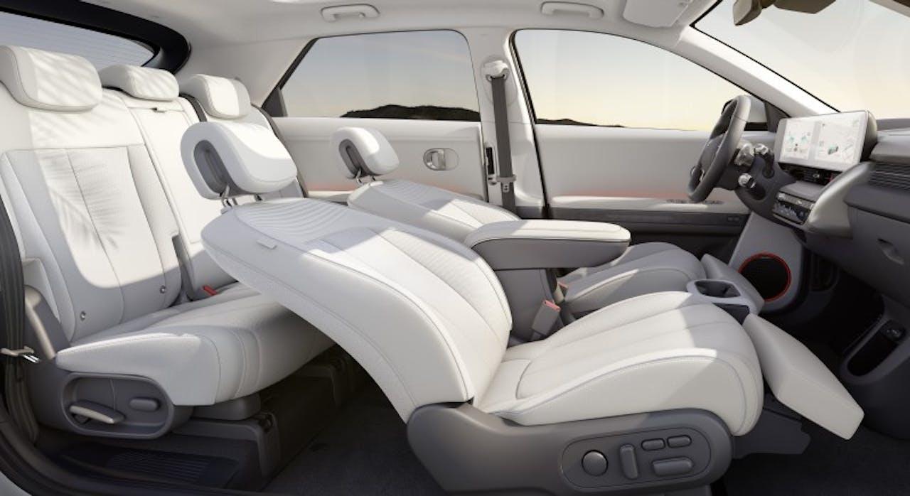 Hyundai: IONIQ 5 Innenansicht mit Relaxsitzen von Seite ohne B Säule