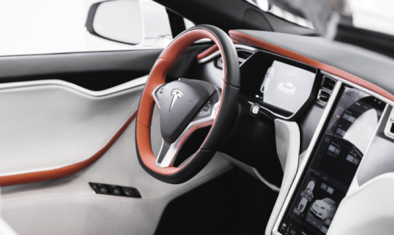 AresDesign: Innenansicht auf Teslalenkrad und Display