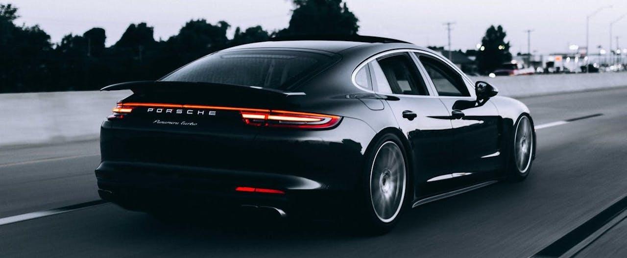 Porsche Panamera auf einer Autobahn ohne Tempolimit
