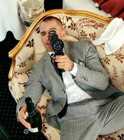 grauer gestreifter anzug champagner filmkamera