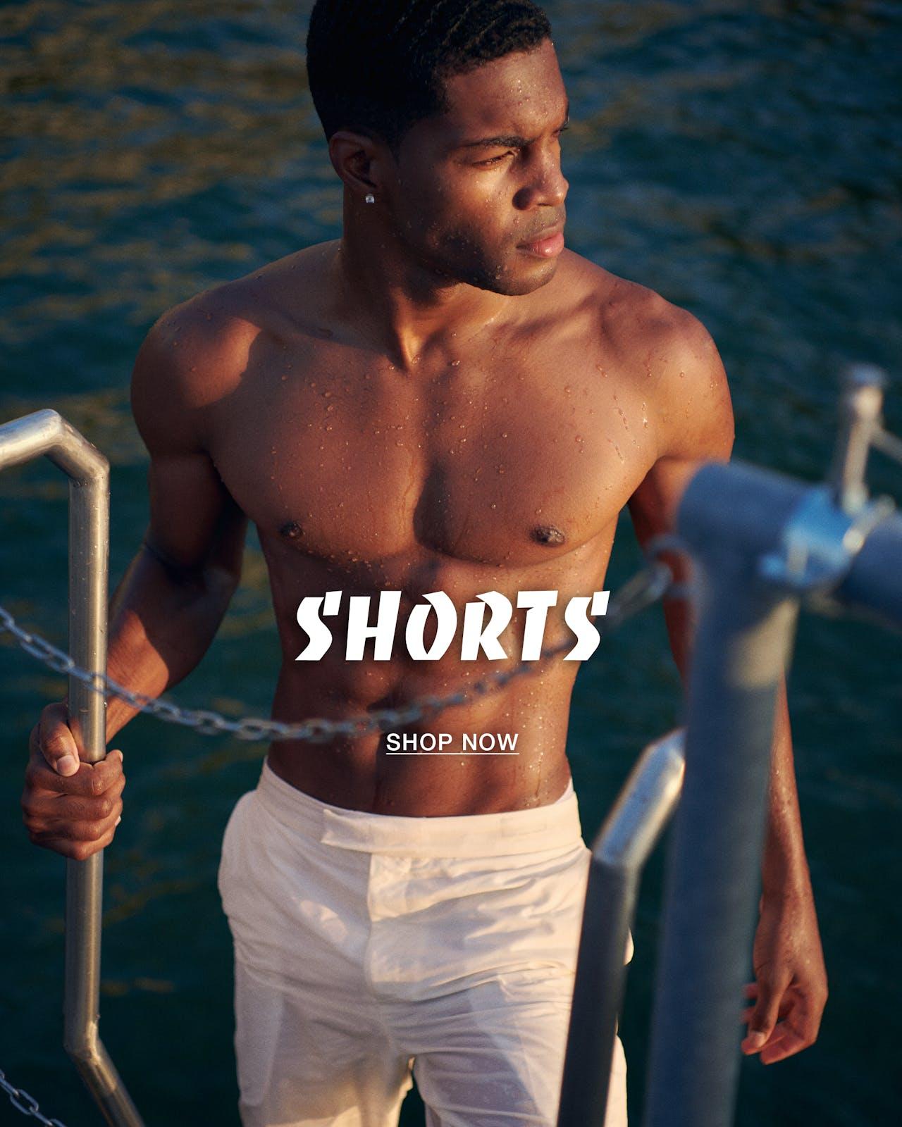 weisse shorts einstieg ins wasser
