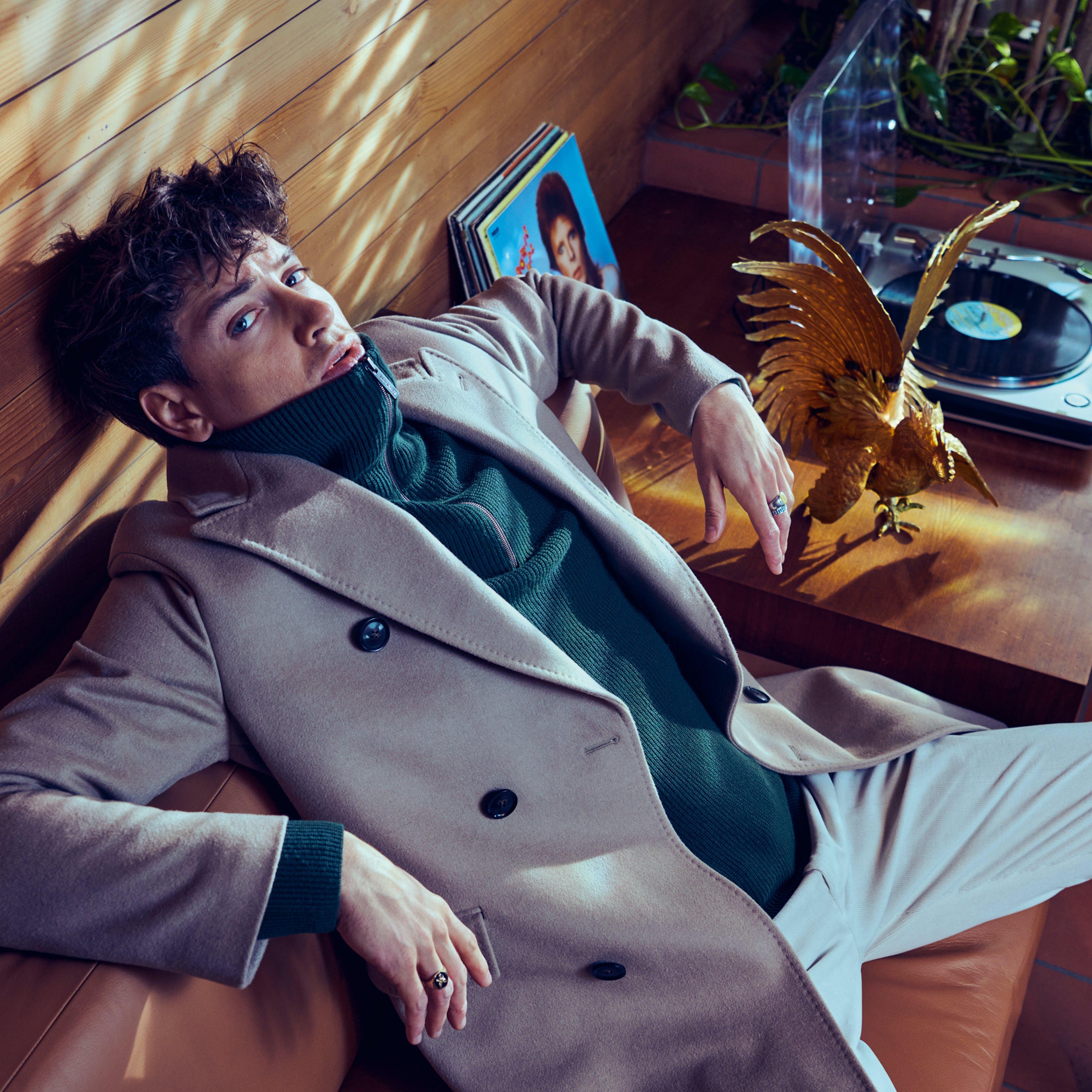 man-sit-coat-beige