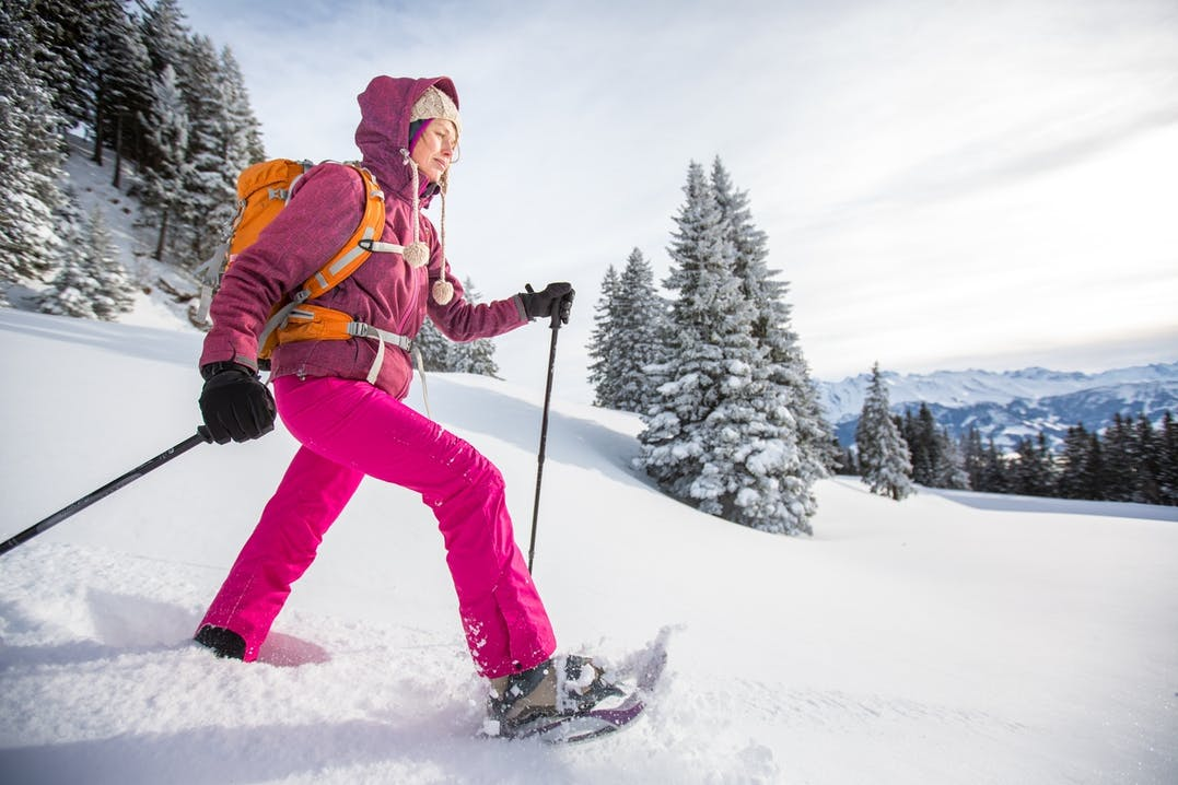 Junge Frau beim Schneeschuhwandern