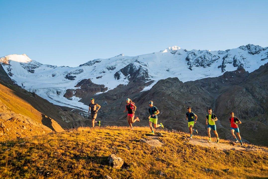 Matilde Miani und Marc Slanzi (zweite und dritter von links) während eines Trail Runs.