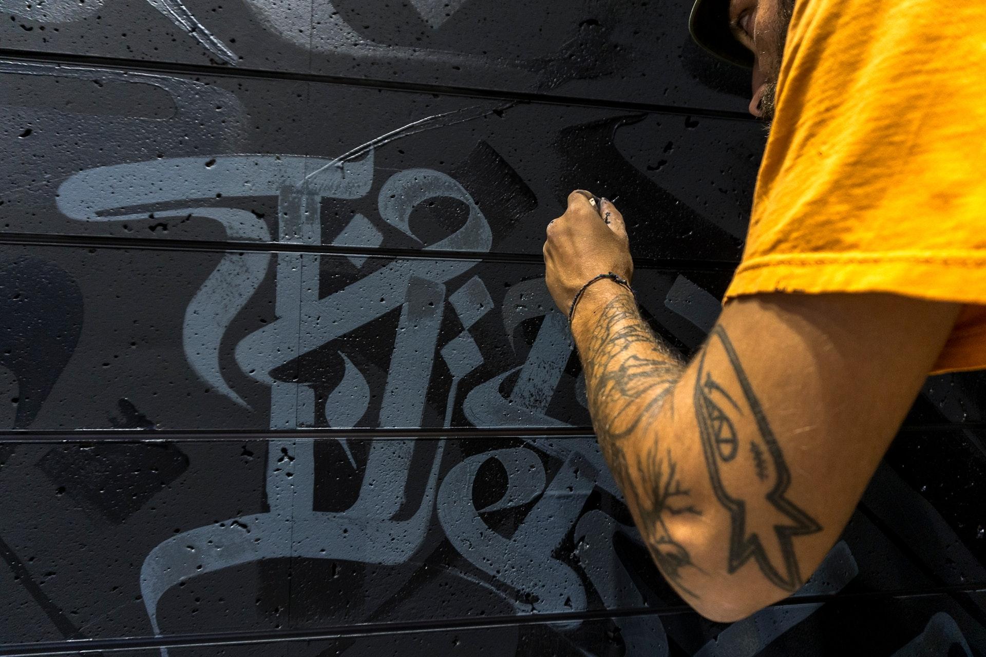 Kalligraphie als wichtiges Element in Engin Dogans Streetart