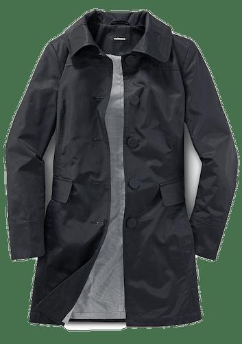 Schwarzer Mantel mit zwei Taschen und großen Knöpfen.