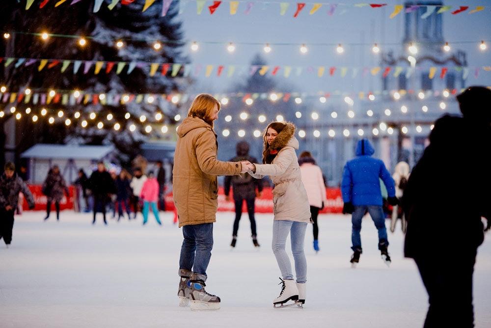Junges Paar beim Schlittschuhlaufen