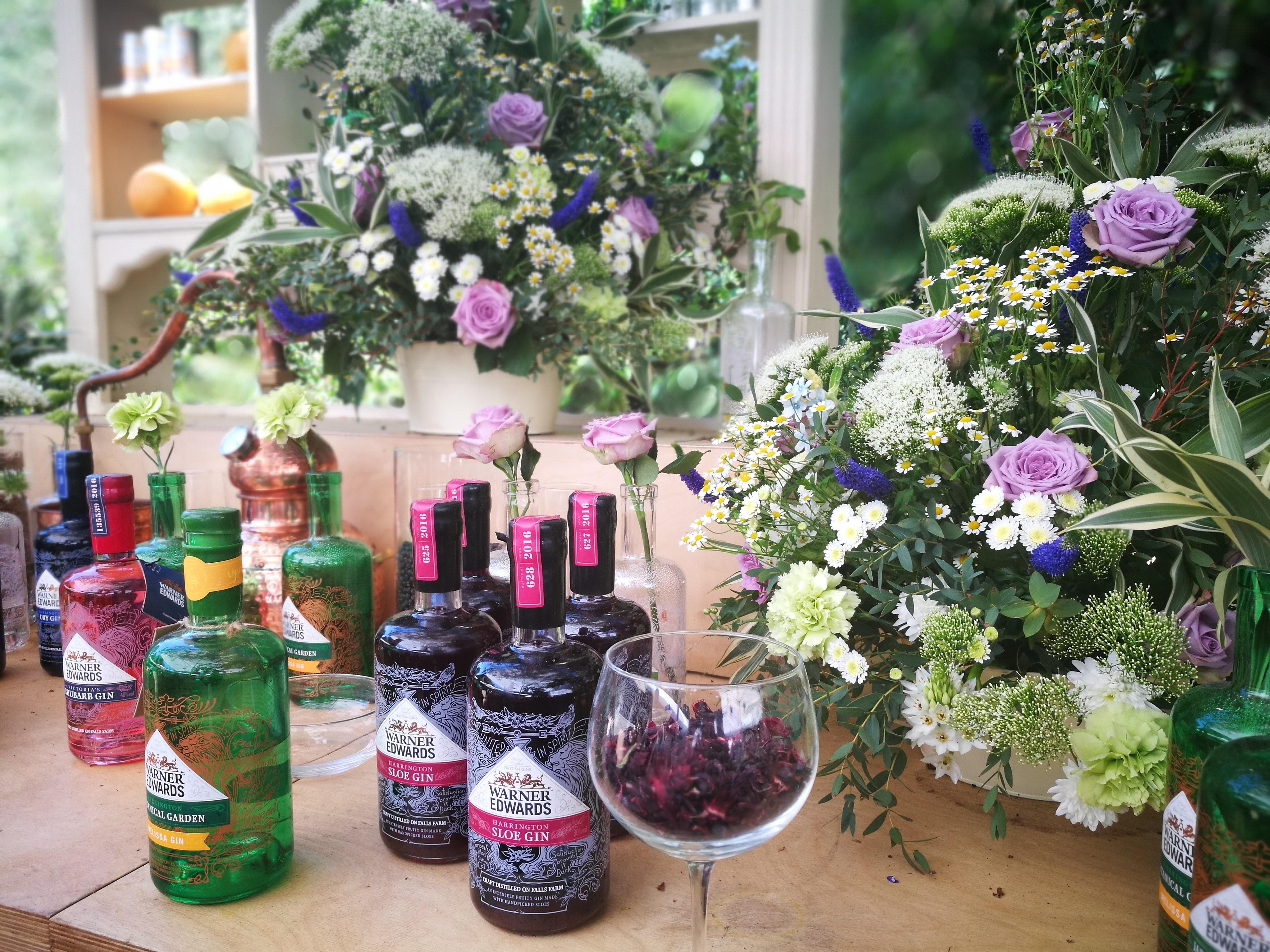 Die Dekoration an der Bar im Jardin Blanc