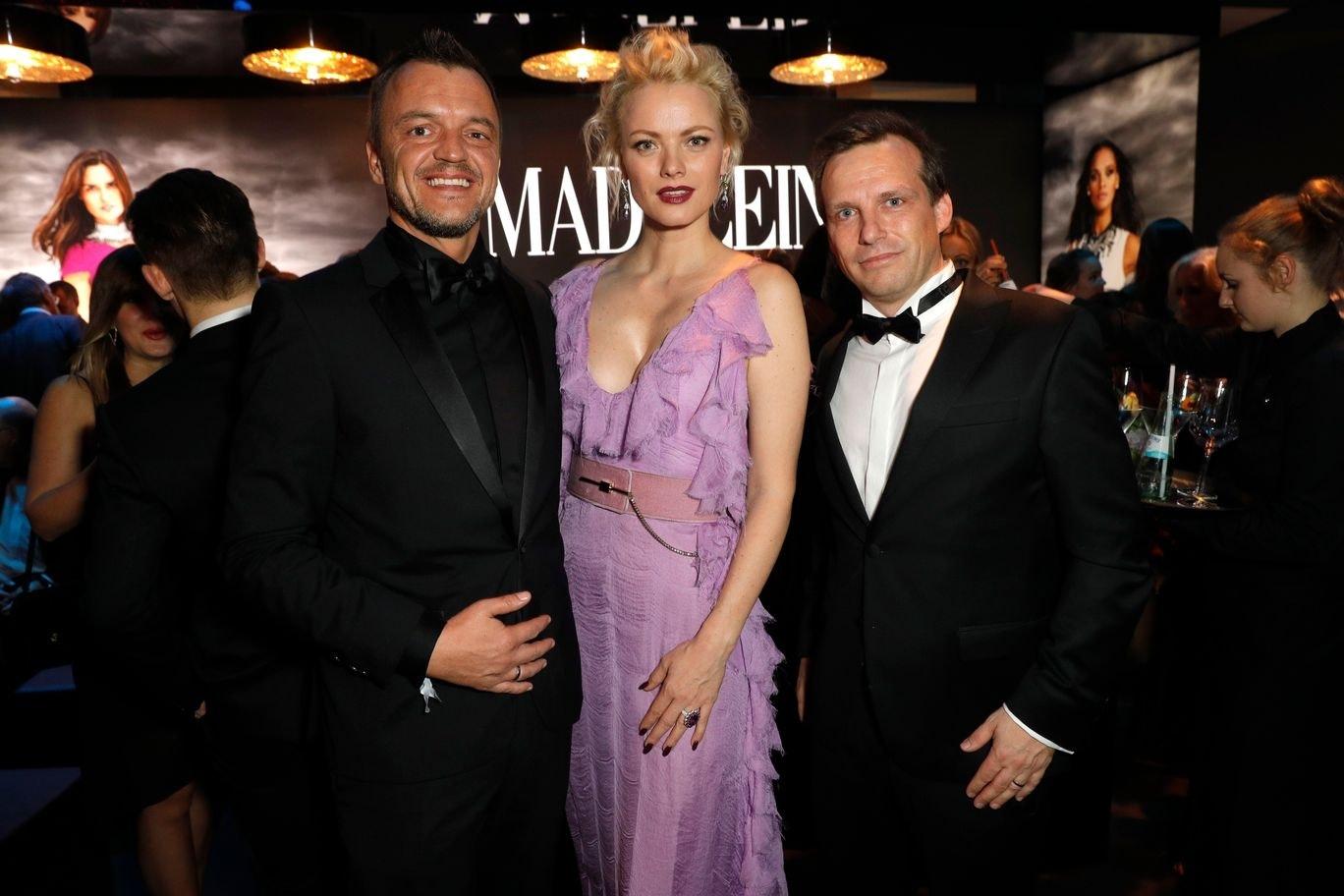 Die MADELEINE Geschäftsführer Volker Valk und Alexander Weih mit Franziska Knuppe © Andreas Rentz / Getty Images for MADELEINE