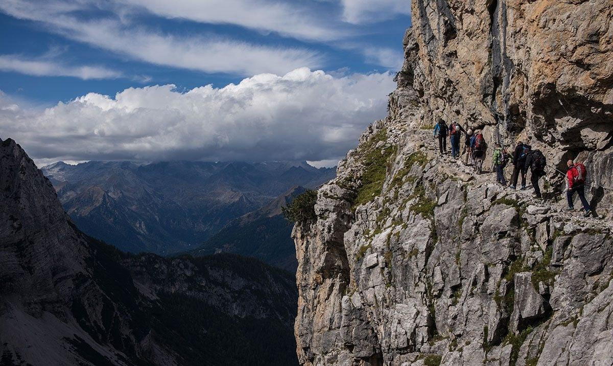 Bergführer mit Kunden am Klettersteig