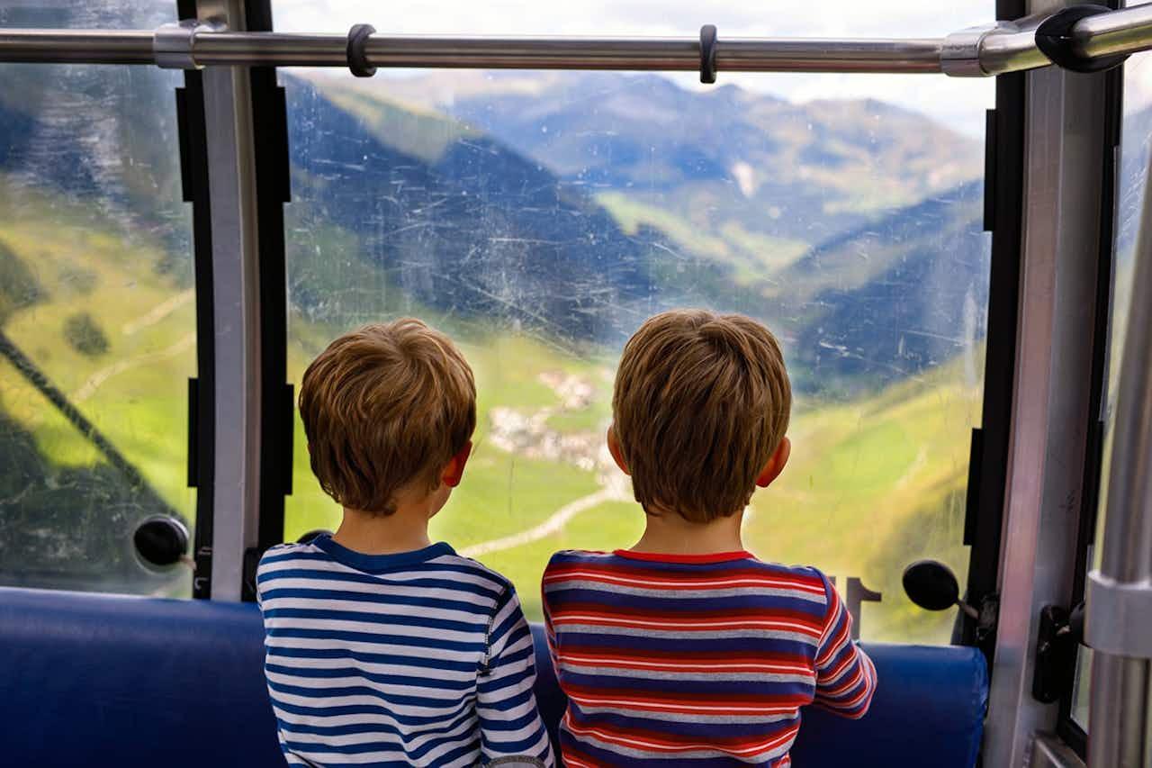 Kinder in der Bergbahn