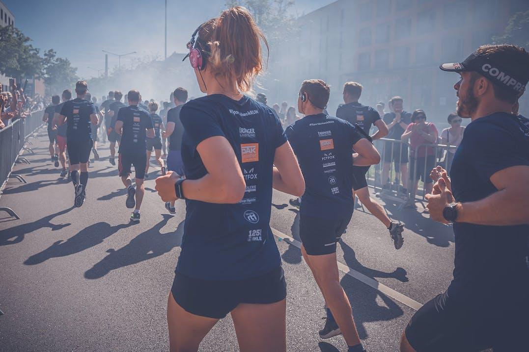 SportScheck RUN Läufer mit Kopfhörern