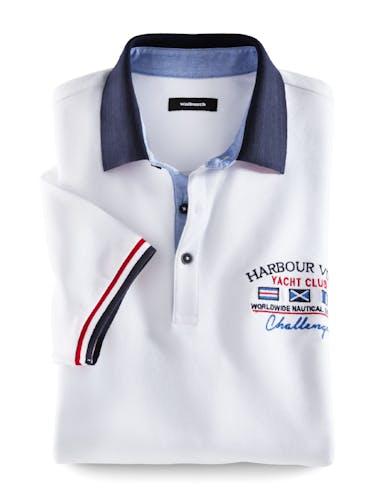 Weißes Polo mit einem dunkelblauen Kragen und einer Stickerei auf der Brust.