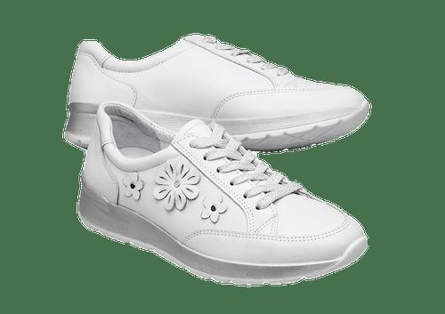 Weiße Sneaker mit Schnürsenkeln und Blumen.
