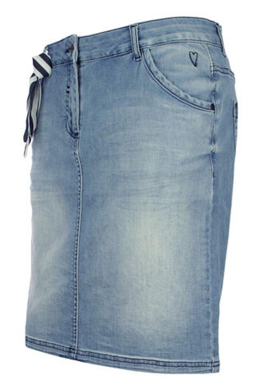 Der Jeansrock: So stylen Sie den Trendsetter im Sommer