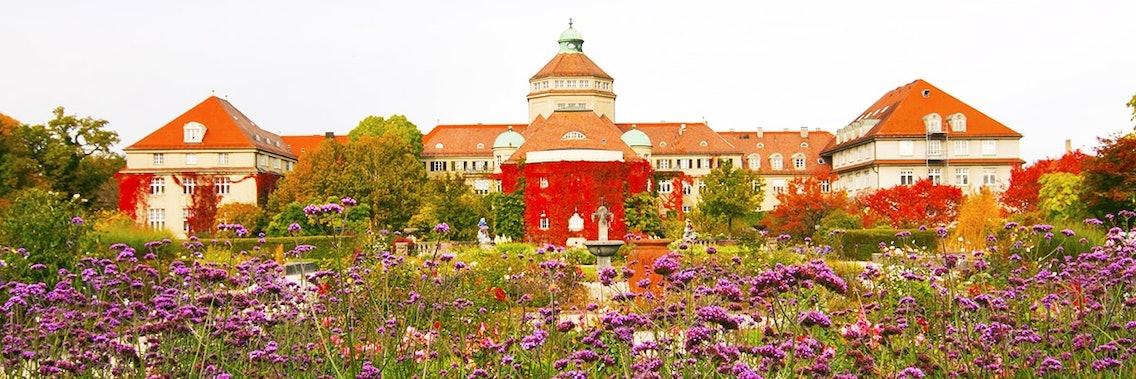 Der botanischen Garten in München lädt als Ausflugsziel mit Hund ein