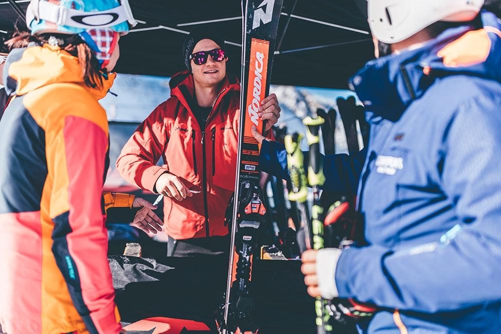 Neue Ski testen beim SportScheck Gletscher Testival