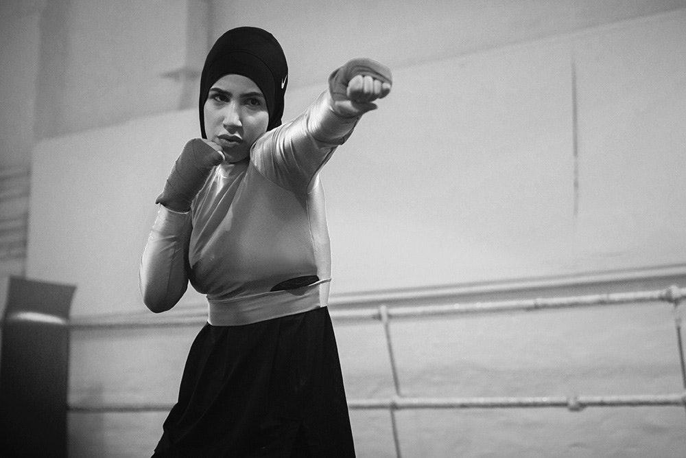 Zeina Nassar boxt mit Kopftuch