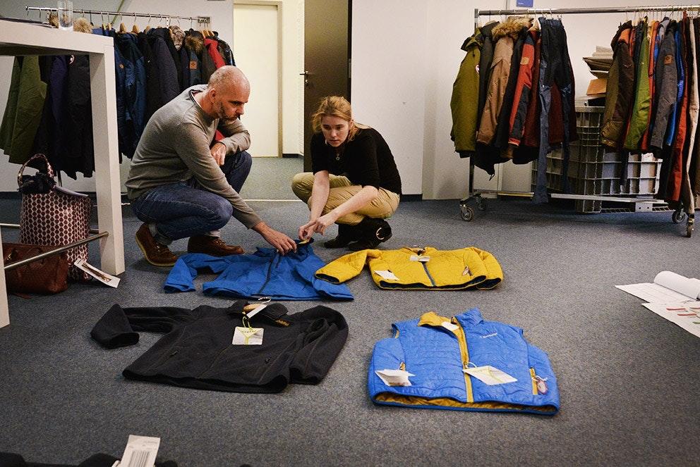 Gemeinsam mit den Einkäufern wird die passende Ware gelegt, wie sie dann für den Katalog fotografiert werden soll.