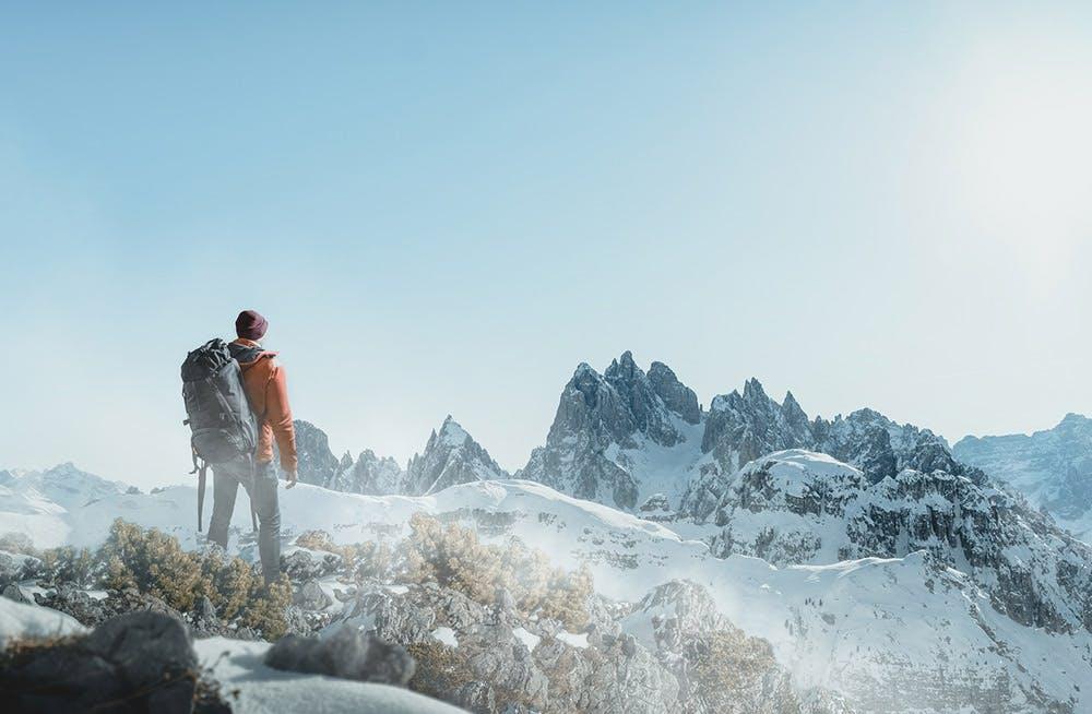 Wanderer in den Bergen bei Schnee