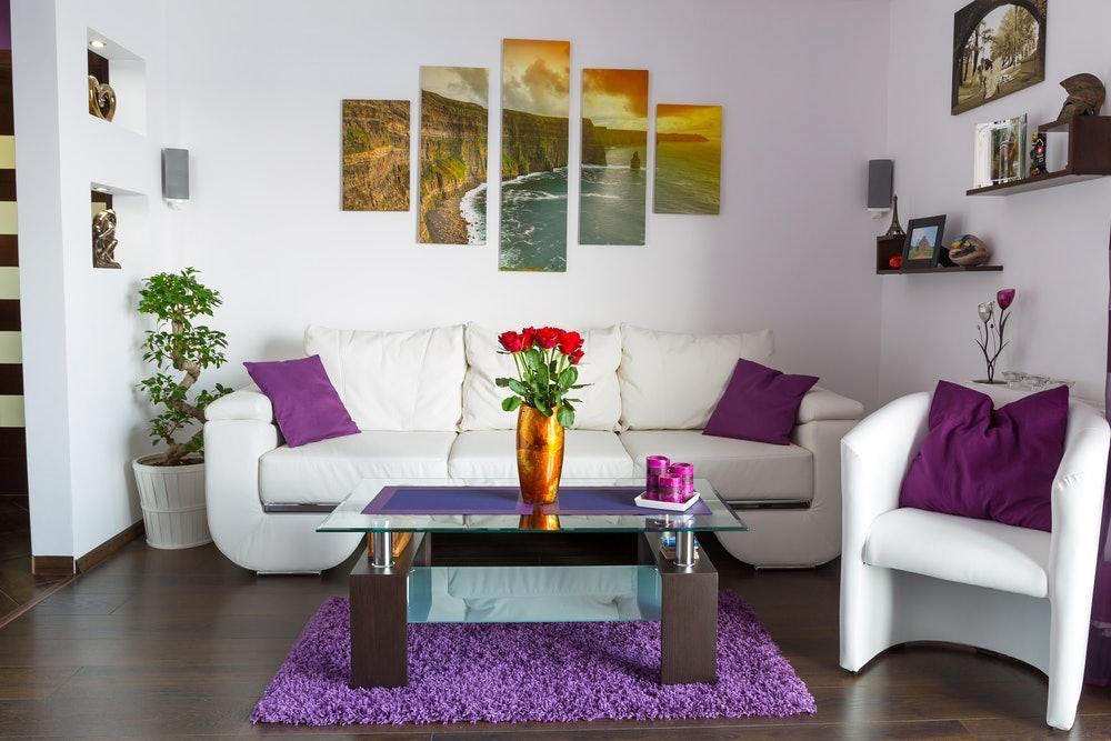 Oletko hieman kyllästynyt kotisi nykyiseen sisustustyyliin? Tarjolla on monia keinoja muuttaa kotisi ilmettä. Olet jo ehkä pitemmän aikaa halunnut poistaa tiettyjä juttuja sisustuksestasi tai olet vain yksinkertaisesti kyllästynyt siihen. Tässä artikkelissa saat tietoa kotisi sisustuksen uudistamiseen: Annamme etenkin vinkkejä seinien sisustamisesta, joilla kodistasi tulee eläväisempi ja viehättävämpi.