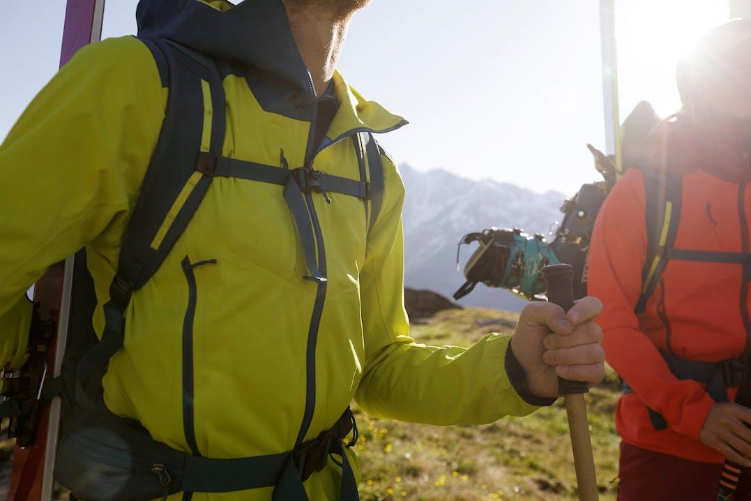 Scialpinista indossa Upstride Jacket di Patagonia