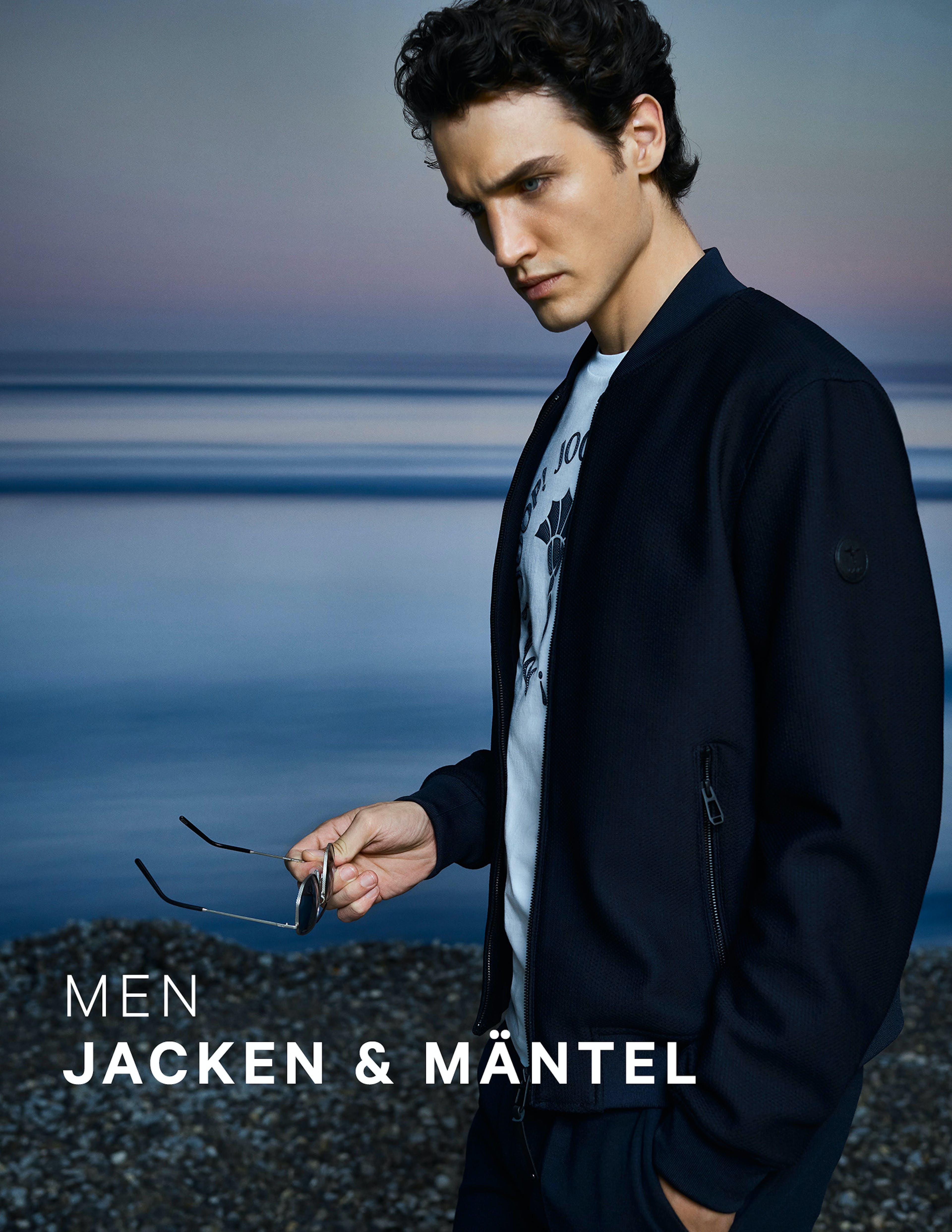 Mann in blauer JOOP! Jacke