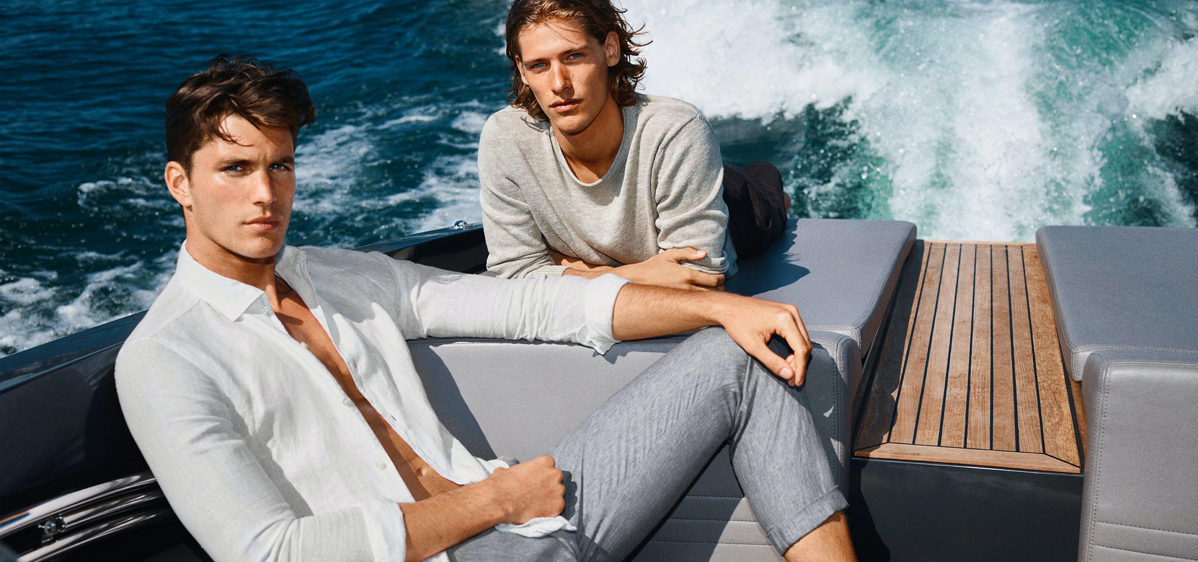 Zwei Männer auf Boot mit JOOP! Outfits