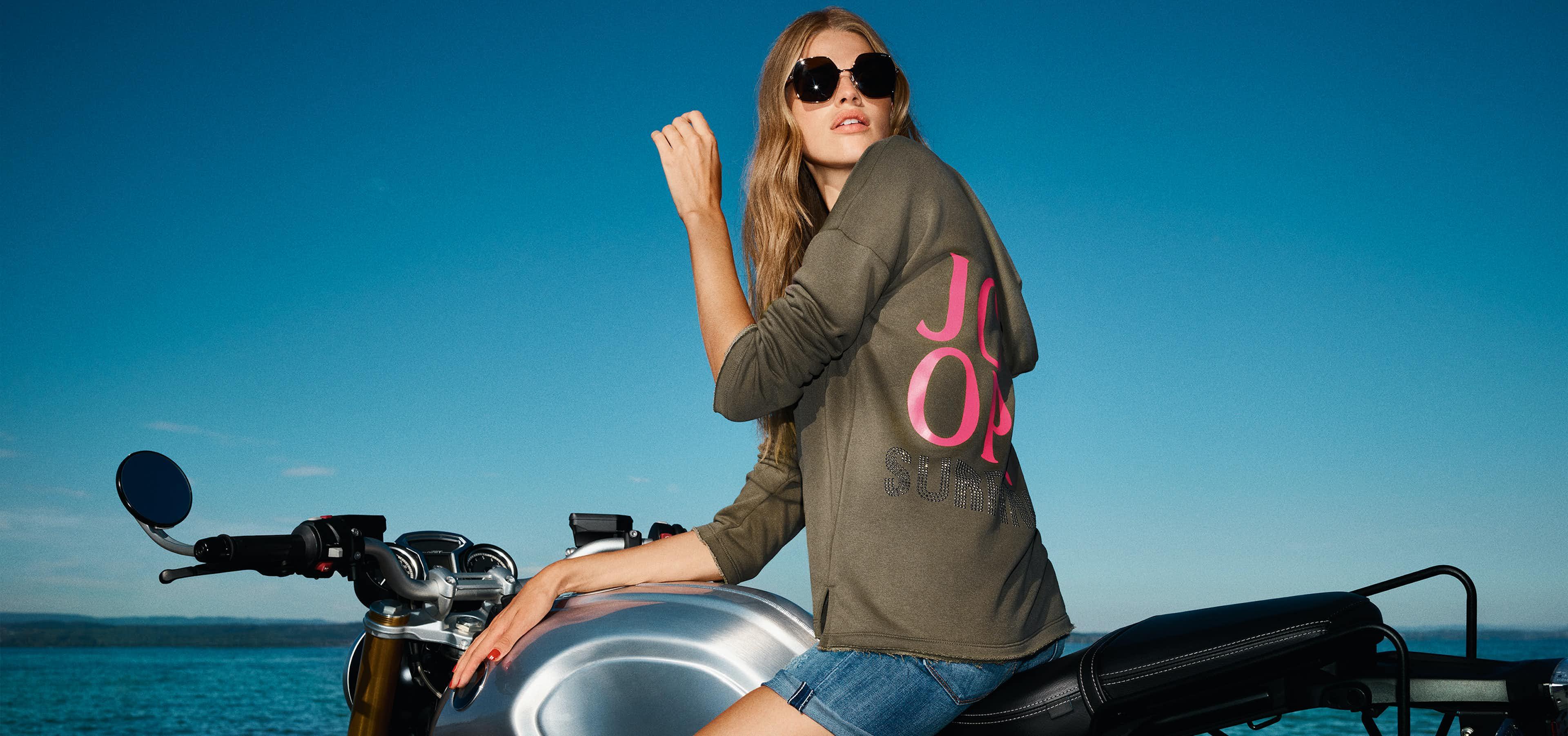 Frau auf Motorrad in JOOP! Sweatshirt