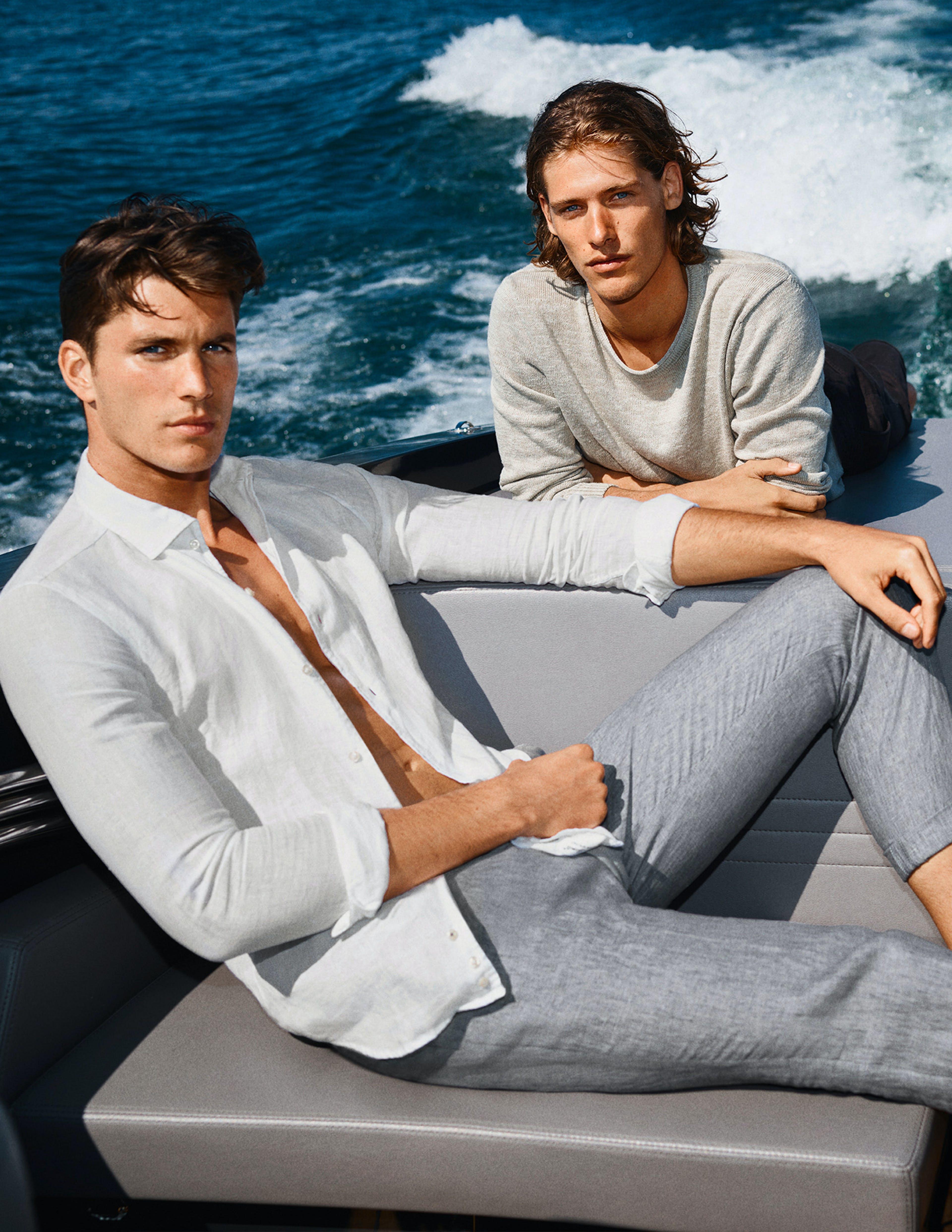zwei Männer auf Boot in JOOP! Outfit