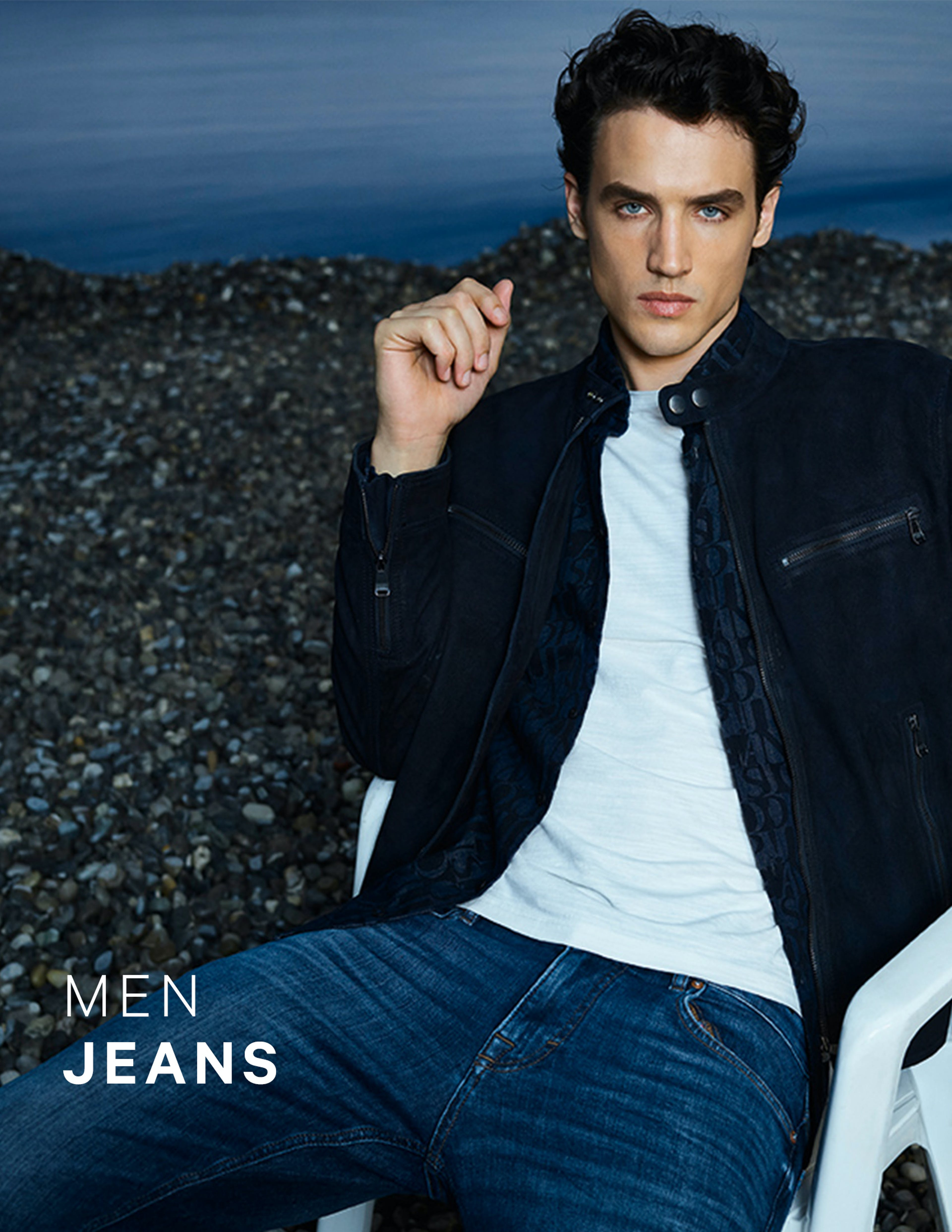 Man in dunkelblauer Jeans und Lederjacke von JOOP!