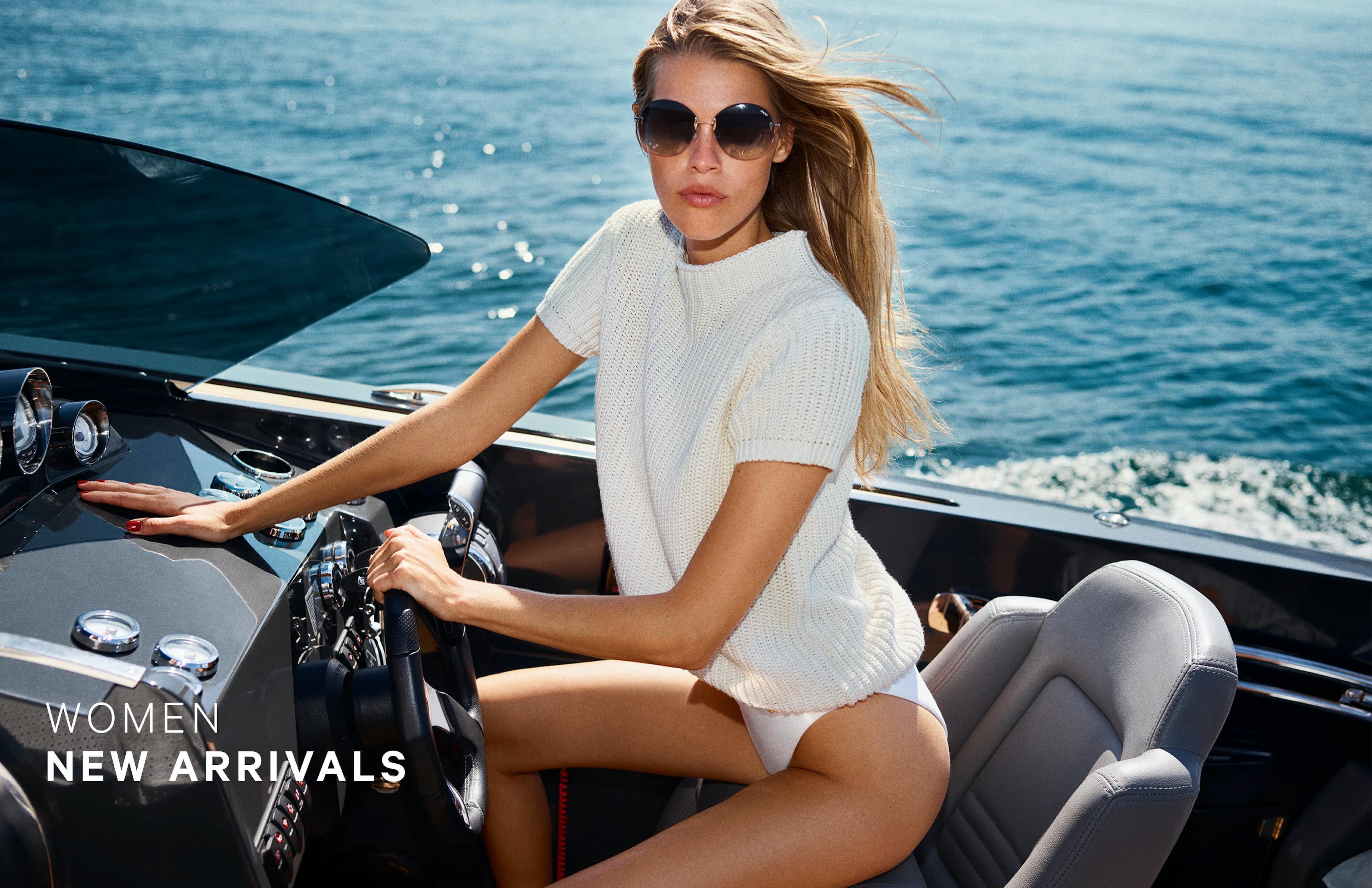 Frau in sommerlichem JOOP! Outfit auf Boot