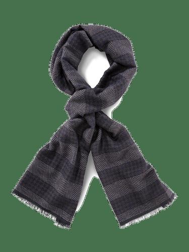 Dunkler Schal mit einem unauffälligen Streifenmuster.