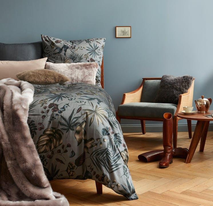 Harmonische Farben, herbstliche Muster und Webpelz-Accessoires schaffen im Nu eine gemütliche Atmosphäre in Ihrem Zuhause.