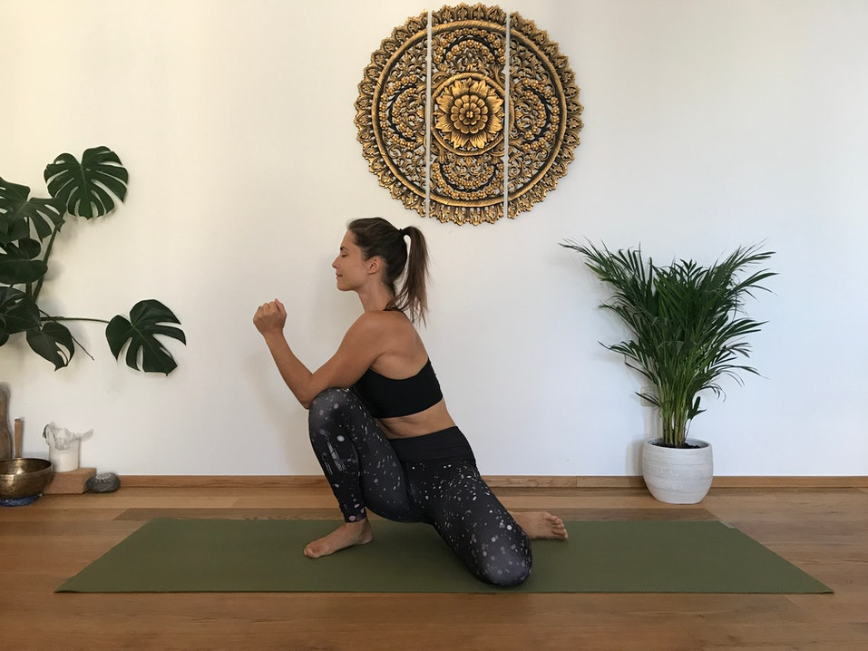 Yoga: Malasana Twist