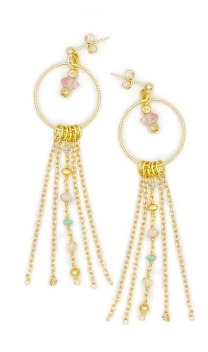 Entrez dans le cercle très fermé des amoureuses des bijoux avec ces BO rond et pierres fines DITA.Ces boucles d'oreilles sont constituées d'un anneau, avec au centre une opaline rose, de chainettes et d'un rang de chaine perles en pierres fines mélangées.
