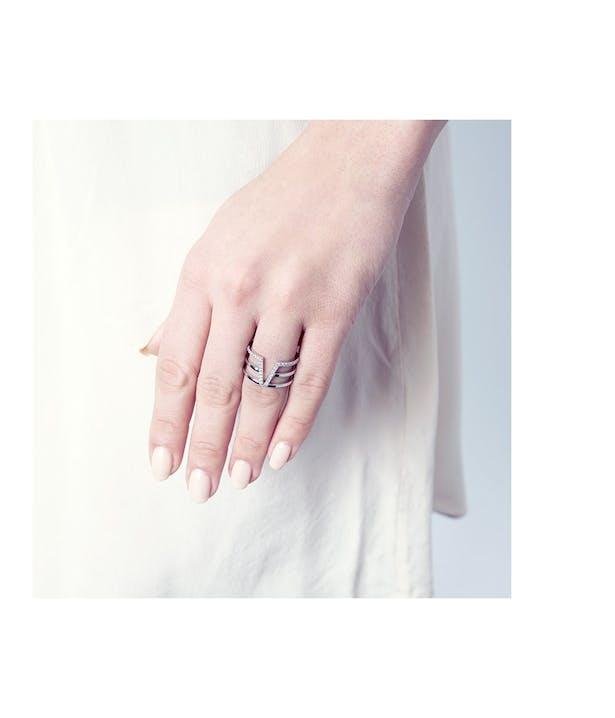 Bague VEGAS CHIC Argent rhodié brillant oxyde de zirconium Votre bijou PHEBUS est garanti 2 ans à compter de votre date d'achat.Votre bijou est précieux ! Pour prendre soin de votre bijou, nous vous conseillons de le conserver dans un écrin lorsque vous ne le portez pas.Matière principale : Argent 925/1000