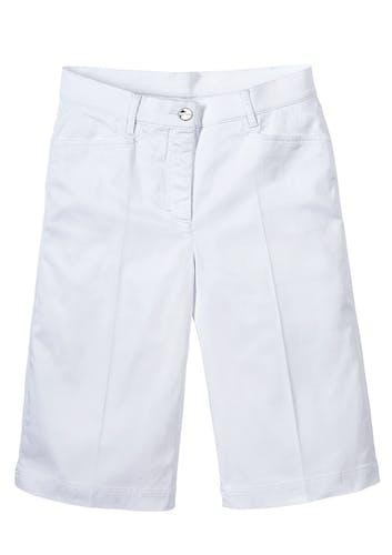 Weiße kurze Hose mit Knopf.