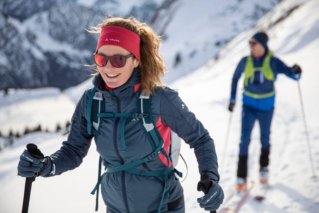Scialpinista in tour sugli sci con giacca Vaude