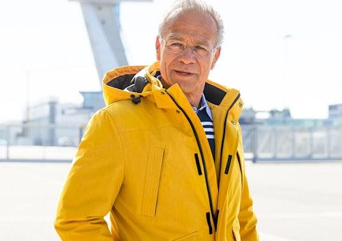 Klaus J. Behrendt in gelber Regenjacke