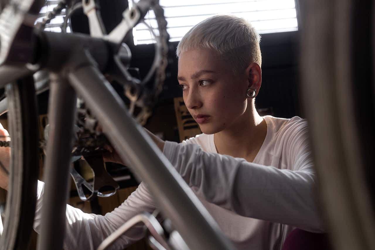 Frau ölt die Fahrradkette