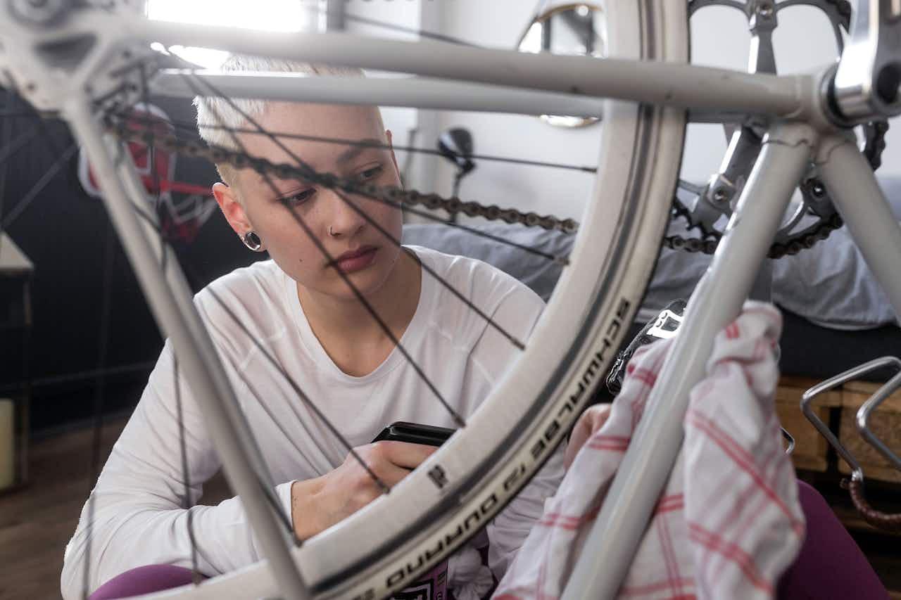 Frau putzt Fahrrad
