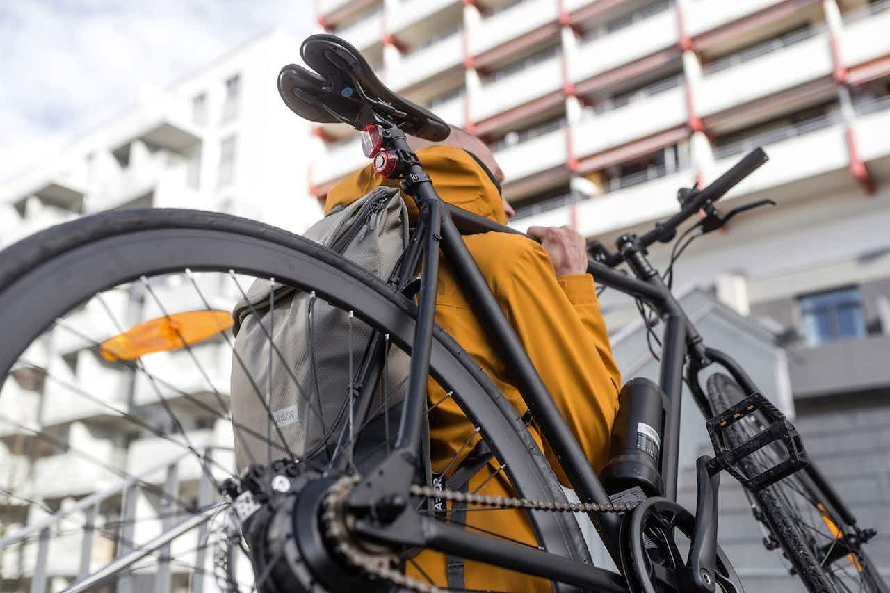schwarzes Fahrrad wird getragen