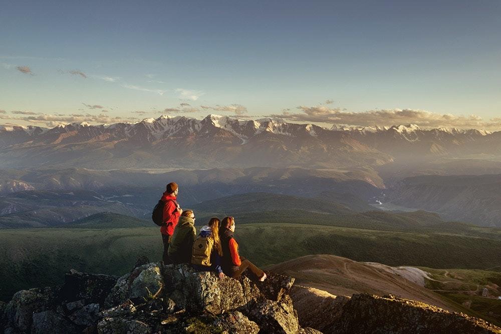 Gruppe junger Wanderer in den Bergen