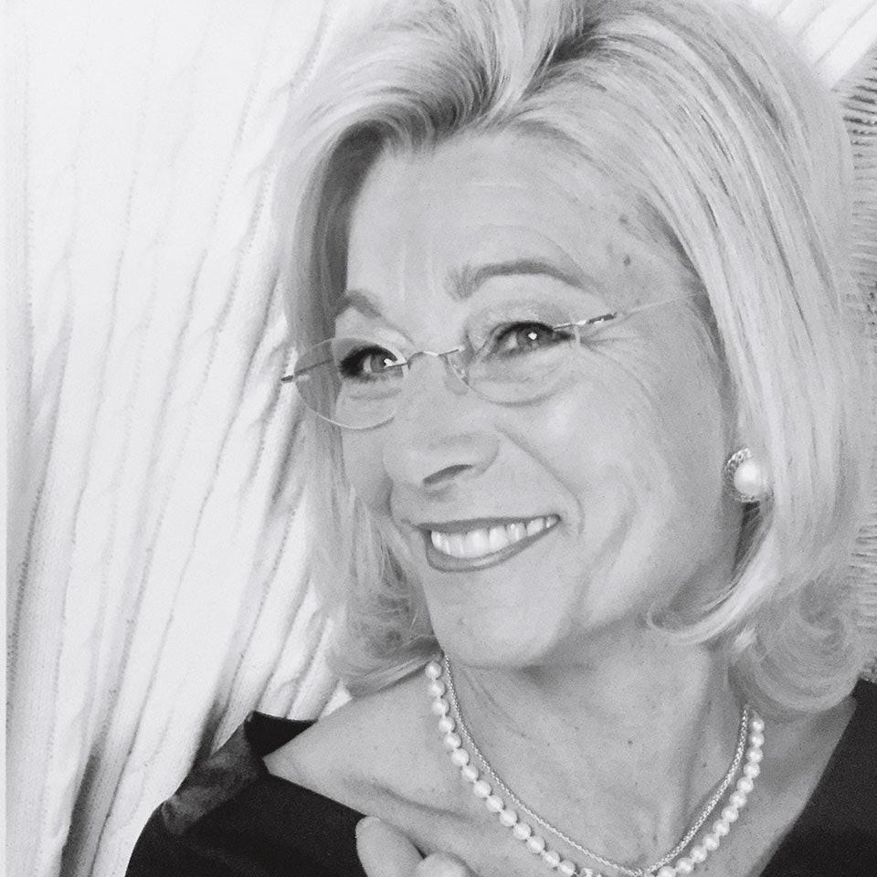 Lachende Frau in schwarz/weiß